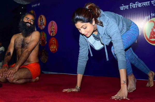 Bollywood actor Shilpa Shetty along with Baba Ramdev performs Yoga during a session in Mumbai, India on January 20,2016. (Sanket Shinde/ SOLARIS IMAGES)
