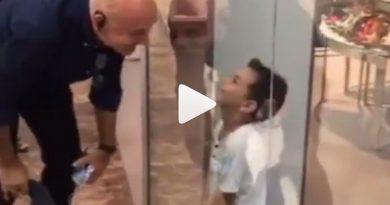 देखें इस क्यूट विडियो में जब मैड्रिड में एक छोटे बच्चे से मिले अनुपम, फिर क्या हुआ ॥
