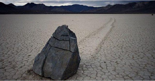 ये पत्थर अपने आप खिसकते हैं , इनकी गुत्थी नासा भी नहीं पाया सुलझा