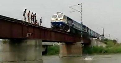 वीडियो: बच्चों का रेलवे ब्रिज पर ऐसा स्टंट जिसे देख देख आपके रोंगटे खड़े हो जाएंगे !