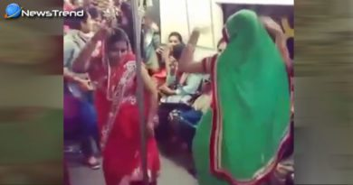 two women dance delhi metro
