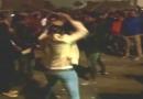 योगी सरकार में लड़की ने दिखाया साहस, लड़की ने की पुलिस के डंडे से मनचलों की जमकर धुनाई, देखें वीडियो