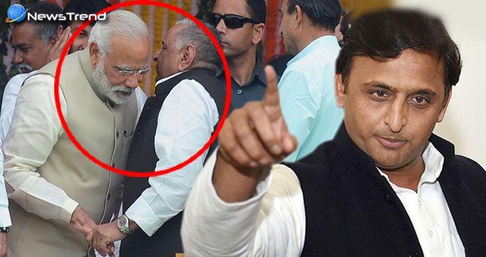 अखिलेश ने खोल ही दिया राज, कि क्या कहा था पीएम मोदी के कान में मुलायम सिंह ने.