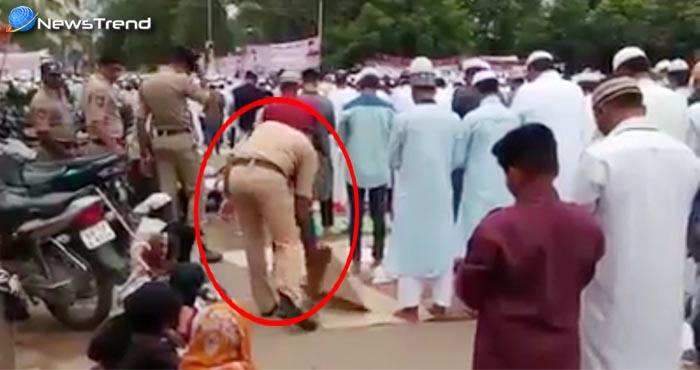 वीडियो : नमाज पढ़ रहे मुसलमानों के साथ पुलिसवालों की ये हरकत हो रही है वायरल!