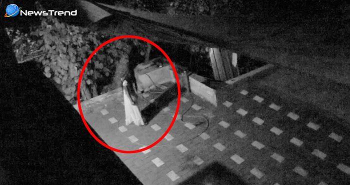रात में घर के सामने से गुजर रही आत्मा हुई CCTV कैमरे में कैद... देखें वीडियो!
