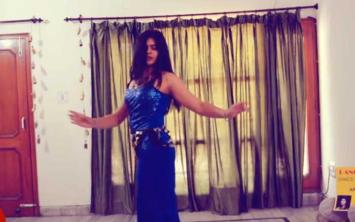 'सुर है न ताल है' गाने पर इस लड़की का बेली डांस बना देगा आपको दिवाना – देखें!