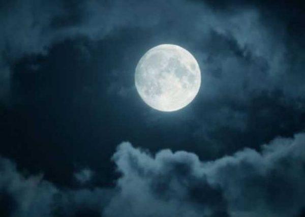 आज लगेगा 21वीं सदी का सबसे बड़ा और श्रापित चंद्रग्रहण, बुरे फल से बचने के लिए करें ये काम