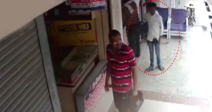 शातिर चोर ने पलक झपकते ही दुकानदार को लगाया लाखों का चूना, घटना CCTV में कैद...देखें वीडियो!
