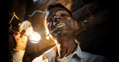 इलेक्ट्रिक मैन : बिजली से मिटती है इस इंसान की भूख, मुंह से जलाता है बल्ब – देखें वीडियो