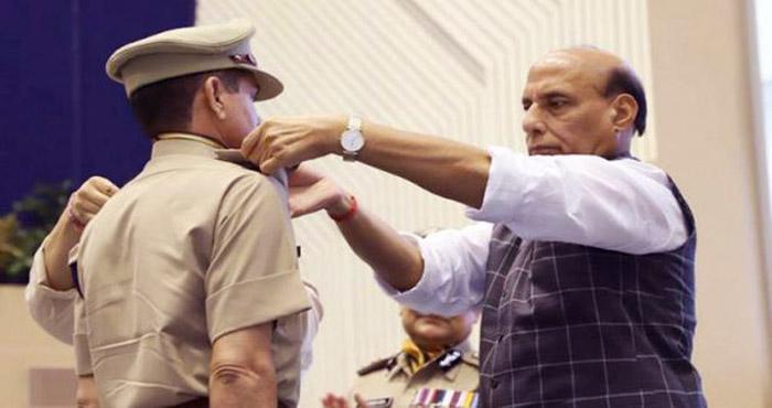 """राजनाथ सिंह की कड़ी चेतावनी """"कहा है दम तो भारत की तरफ आंख उठाकर देखे कोई..."""