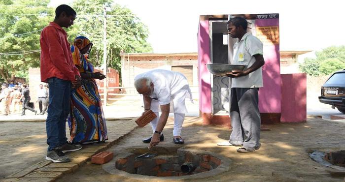 शौचालय के निर्माण पर मोदी ने खुद बढ़ाया हाथ, कहा कुछ ऐसा जिसे जानकर हो जायेंगे हैरान