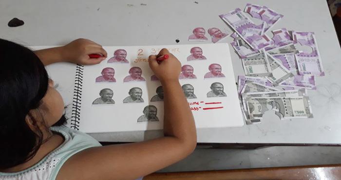 बच्ची कमरे में कर रही थी गांधी जयंती के प्रोजेक्ट पर काम, जब माँ बाप ने देखा तो होश उड़ गए
