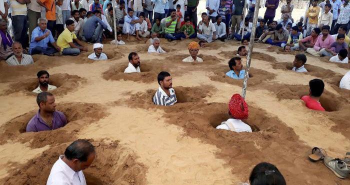 राजस्थान में जमीन की लड़ाई लड़ रहे किसानों ने गड्ढे में खड़े होकर इस तरह से मनाई अपनी दिवाली