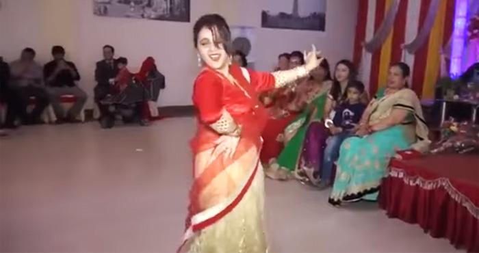 देवर की शादी में भाभी का ज़ोरदार डांस देखकर उड़ गए सबके होश- देखिये विडियो