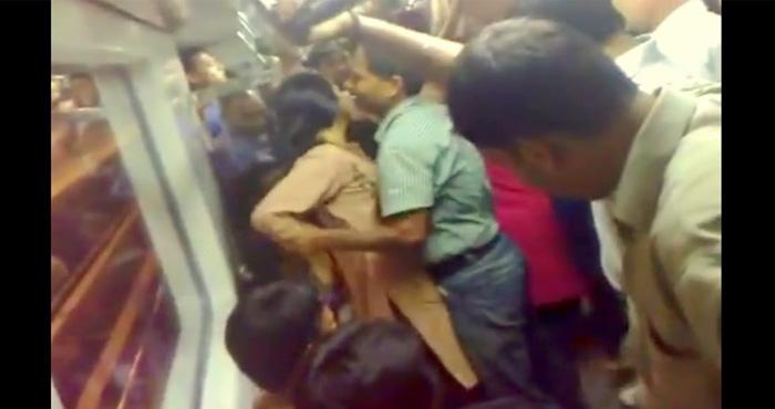 राजधानी में एक बार फिर चलती ट्रेन में 2 लड़कियों ने किया घिनौना काम : देखें VIDEO