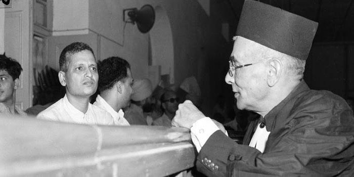 गाँधी की हत्या के बाद नाथूराम गोडसे ने उनके बेटे से की थी मुलाकात, कहा था – उन्हें मैंने नहीं...