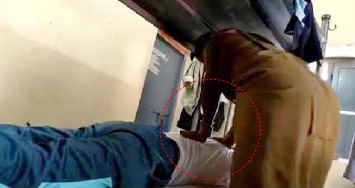 थाने में महिला से मसाज़ करवा रहे थे दरोगा जी, लीक हो गया वीडियो – देखिए