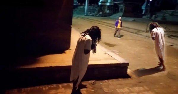 भूत बनने की शरारत पड़ी महंगी, लड़के ने सिखाया भूतों को सबक.. देखें वीडियो