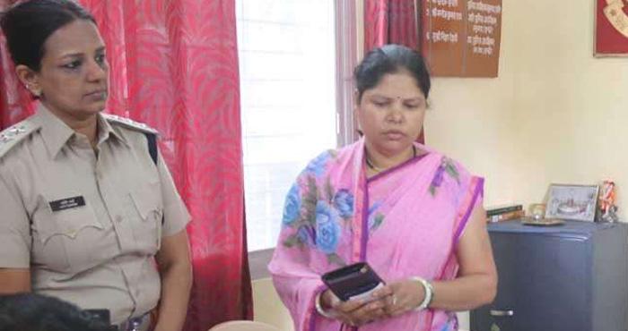 पत्नी ने आँख में मिर्ची डाल पति का किया वो हाल, देख पुलिस भी रह गई दंग