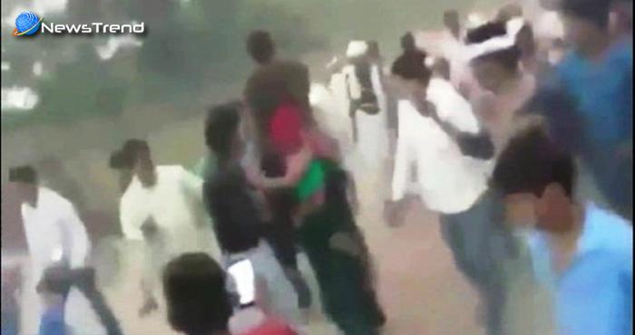 महिला ने किया ऐसा काम कि उसे मिली पति को कंधे पर बिठाकर घुमने की सजा, लोग मारते रहे चप्पल और….