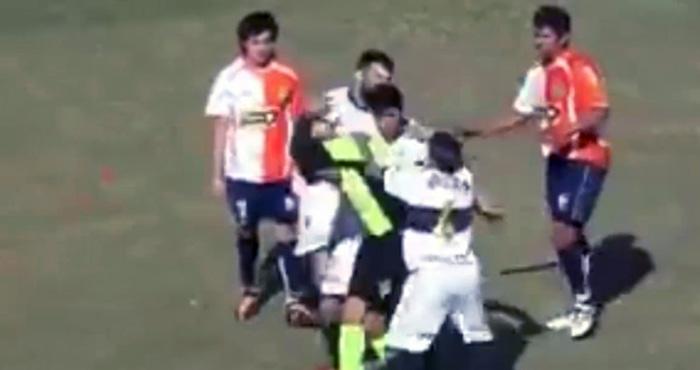 फुटबॉल का मैदान खून से लाल हो गया जब बीच मैच में खिलाड़ियों ने दौड़ा-दौड़कर कर दी रेफरी की पिटाई