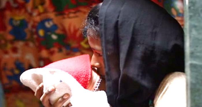 डॉक्टरों की लापरवाही सामने, गर्भवती महिला को दौड़ाया, चलते-चलते हुआ प्रसव और बच्चा गिरा जमीन पर