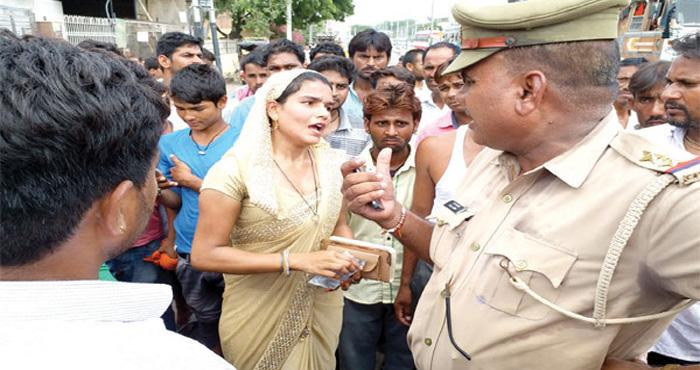 ट्रैफिक पुलिस ने महिला से मांगे पैस, फिर महिला ने किया कुछ ऐसा की पुलिसवालों के उड़ गए होश
