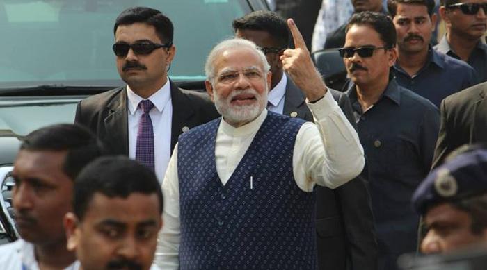 मोदी की उंगली के इशारे से दहशत में आ गई कांग्रेस, मोदी-मोदी के नारों से गूंज उठा अहमदाबाद