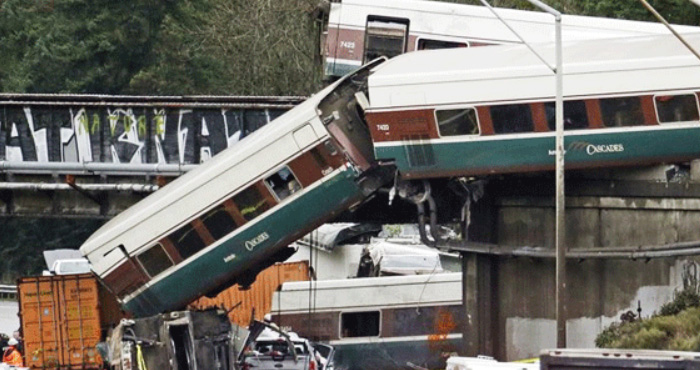 वाशिंगटन में हाईवे पर ट्रेन गिरने से हुआ बड़ा ट्रेन हादसा, कई लोगों के मरने की आशंका