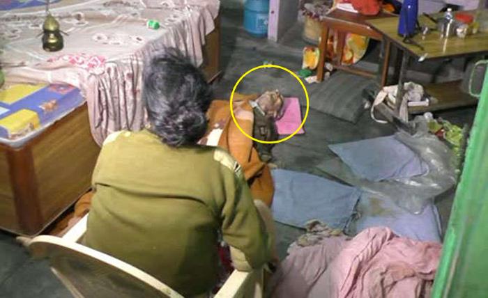 पति की लाश के पास घंटो बैठी रोती रही पत्नी, जब घर के अंदर जाकर देखा तो सबकी रूह कांप उठी