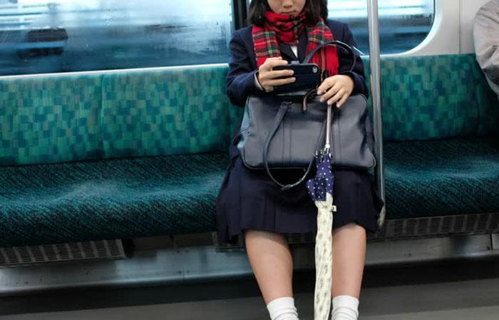 बिना टिकट ट्रेन में पकड़ी गई स्कूली छात्रा, फिर उसके साथ TTE ने किया ये....