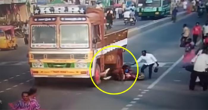 VIDEO: ट्रक के नीचे आई दो लड़कियां, मगर फिर कुछ ऐसा हुआ जिसने सबके होश उड़ा दिए