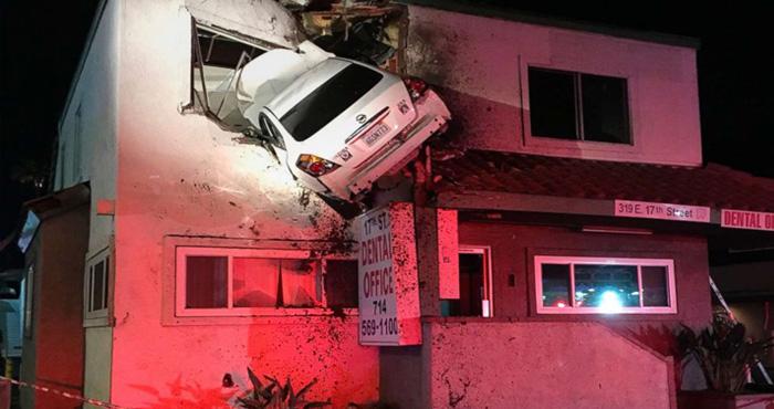 सड़क पर चलते-चलते अचानक से उड़ने लगी कार और घुस गई बिल्डिंग में, मामला जानकर हैरान रह जाएंगे