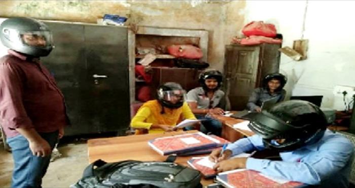 अस्पताल में हेलमेट पहनकर काम, बिहार के इस अस्पताल में हेलमेट पहनकर काम करते हैं कर्मचारी, वजह है हैरान करने करने वाला