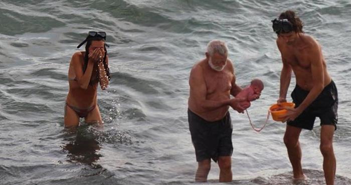 समुंदर में मस्ती कर रही थी महिला तभी हुआ बच्चे का जन्म, सामने आई झकझोर देने वाली तस्वीरें
