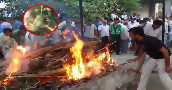 जल रही थी महिला की लाश तभी धमाके से फटा पेट और उछलकर बाहर आ गिरा मृत बच्चा