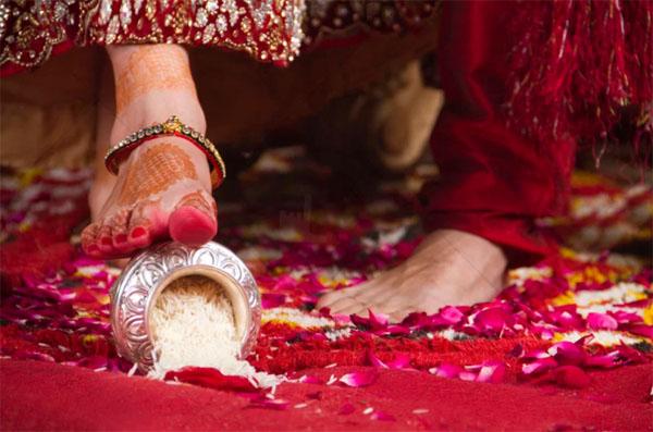 घर-परिवार को बर्बाद कर देते हैं महिलाओं के ये 2 काम, घर में नहीं होता मां लक्ष्मी का वास
