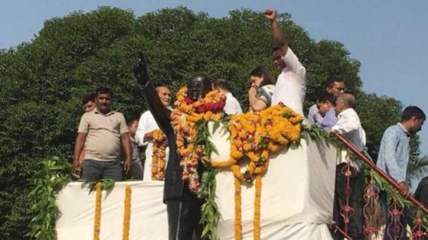 दलित नेताओं ने आंबेडकर की मूर्ति को दूध से नहलाया, बोले 'मेनका ने किया अशुद्ध'