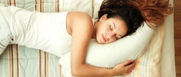तकिया लगाकर सोने की आदत है तो हो जाए सावधान, हेयर फॉल से लेकर डिप्रेशन का शिकार बनाता है तकिया