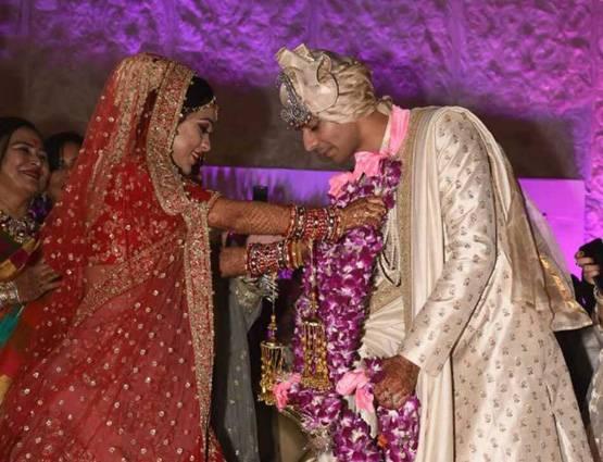 लालू के लाल की शादी की फोटो देखिये, तेज की दुल्हनियां गजब लग रही हैं…