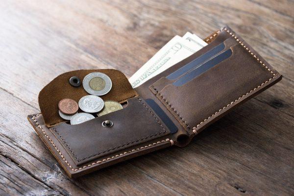 चुपचाप पर्स में रखें यह चीजें, धन की नहीं होगी कमी, होगी बरकत बेशुमार