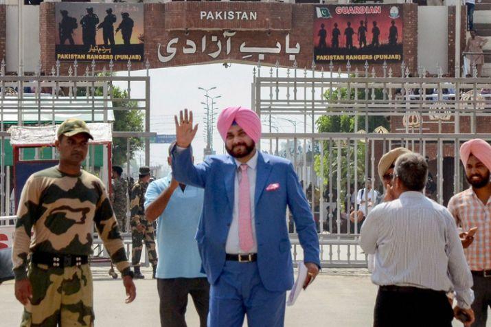 सरहद पार करते ही कांग्रेस नेता ने बांधे पाकिस्तान के तारीफों के पुल, बीजेपी ने लगाया बड़ा आरोप