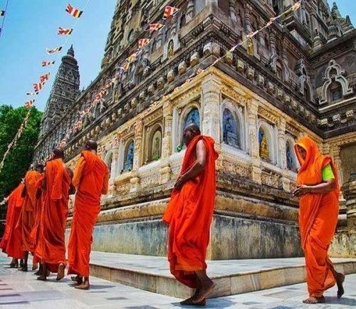 मंदिर में क्यों लगाते हैं परिक्रमा