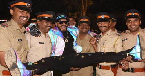 जोश-जोश में मुंबई पुलिस के साथ ऐसी हरकत कर गए रणवीर, फैंस ने कहा- तुम नकली हो