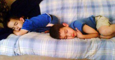 अगर दूसरे कमरे में सो रहे हों बच्चे तो हो रहा है नुकसान, जानें क्यों बच्चों को खुद के पास सुलाना है जरुरी