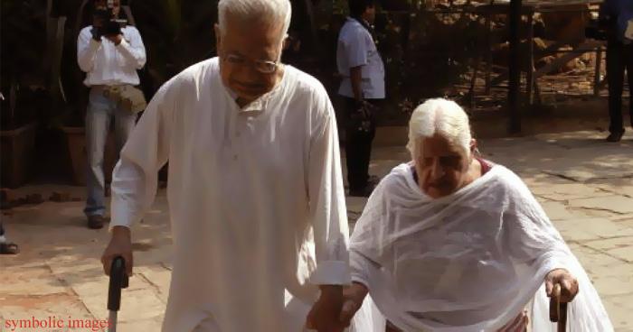 विकलांग माँ और बुजुर्ग बाप को बेटों ने किया घर से बेदखल, 15 साल बाद बाप ने ऐसे सिखाया सबक