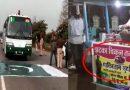 बीच सड़क पर लगा दिया पाकिस्तान का झंडा, पाकिस्तानी ड्राइवर को भी  झंडे को रोंदना पड़ा अपने बस से