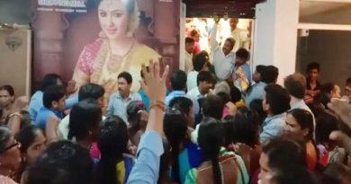 मॉल में 10 रुपये की साड़ी को खरीदने के लिए 400 महिलाओं ने मचाया बवाल-देखें VIDEO
