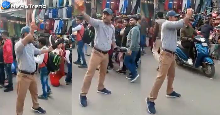 Photo of Viral Video!बीच सड़क पर खड़े होकर लगा रहा पाकिस्तान मुर्दाबाद के नारे, और बेच रहा है 3 जोड़ी जूते