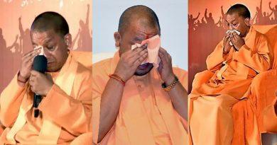 'युवा मन की बात' : छात्र के सवाल से रो पड़े यूपी के CM, 2 से 3 मिनट तक पोछते रहे आंसू